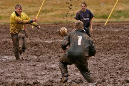 Lancio del wc e calcio nel fango. Ecco gli sport più strani del mondo